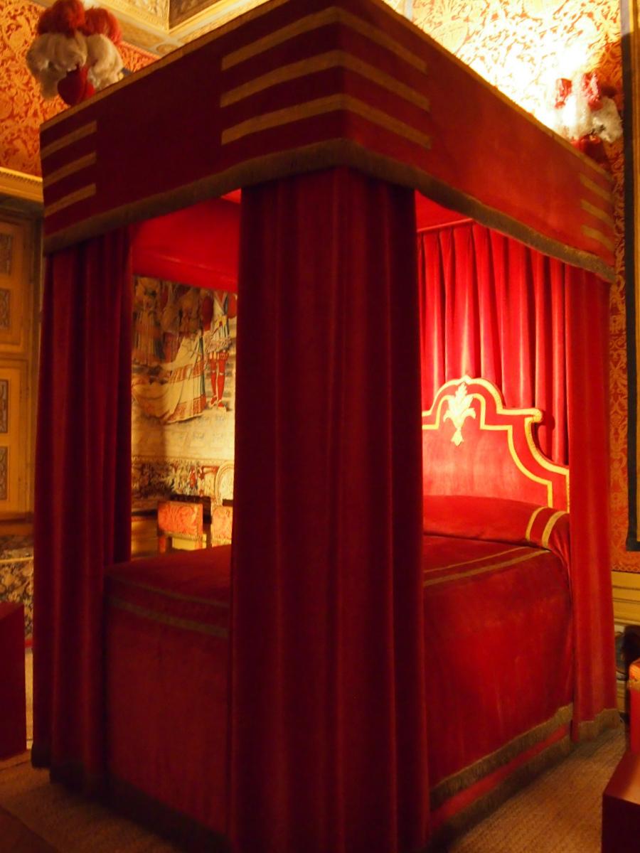 こちらはフーケの寝室。ベッドを撮影するのがやっとなくらい、狭いお部屋でした。