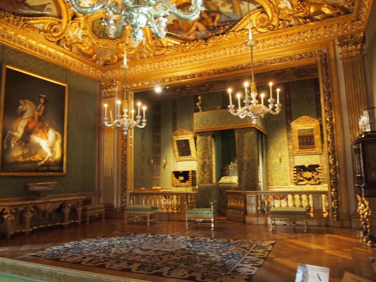 こちらは「王の控えの間」の奥にある「王の寝室」。当時のフランス貴族のしきたりでは、王様が宿泊する場合に備えて、王様用の寝室を設けることが慣例でした。