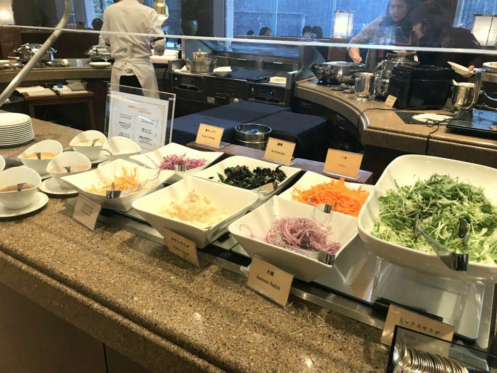 サラダコーナー。ドレッシングはシーザー、サウザン、ごま、フレンチ、梅、しょうゆと大根おろしの6種類でした。