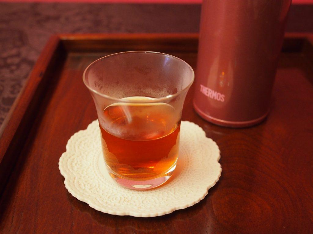 300mlの紅茶に対して小さじ2杯のお砂糖を入れました。