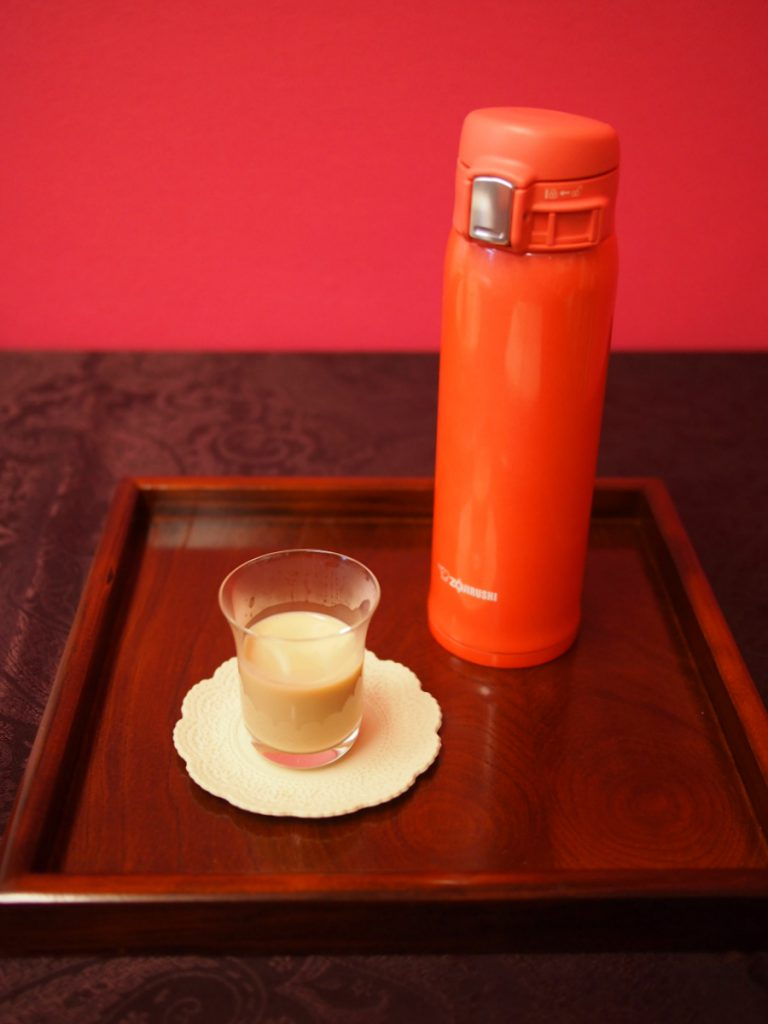 温かい紅茶は、ミルクティーにしてから持ち歩くと長時間、美味しさをキープできることが分かりました。