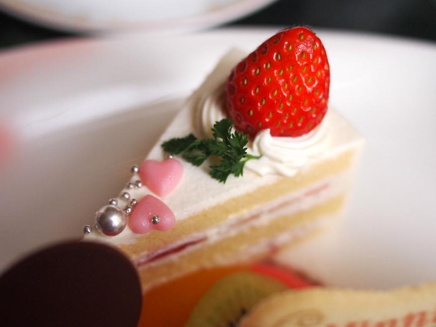 ショートケーキの上にもピンクのハート♥