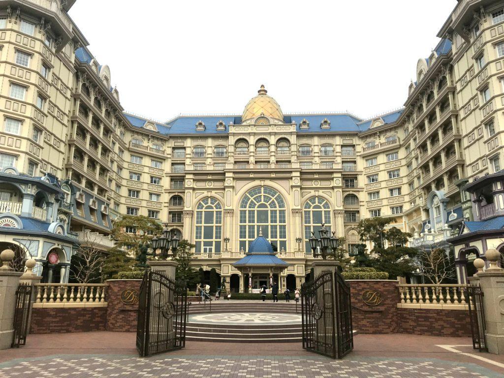 ヨーロッパの宮殿みたいな東京ディズニーランドホテルの外観。