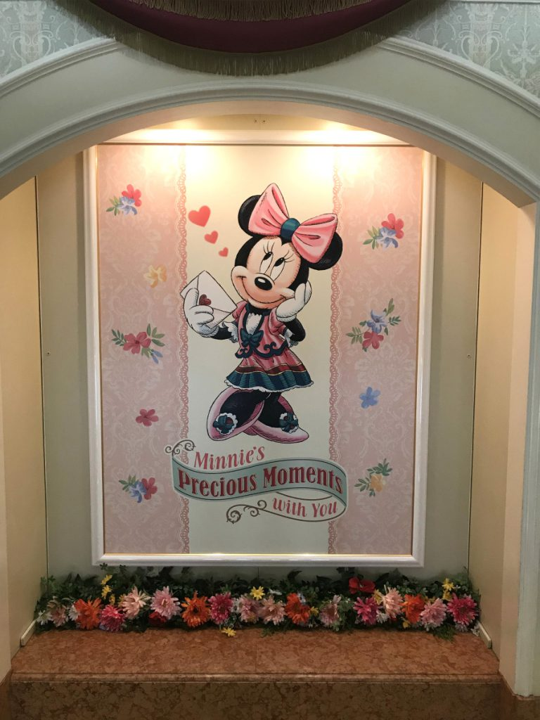 正面階段の絵もミニーちゃんでした。