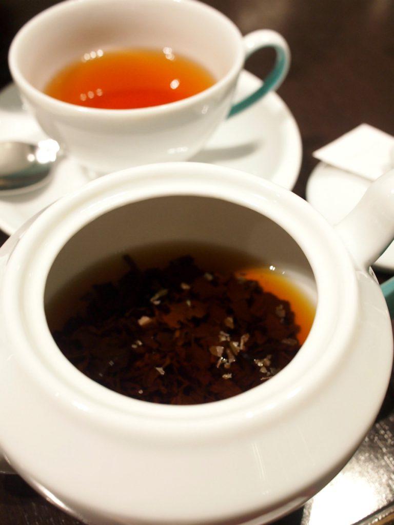 ポットの中には茶葉が入っています。