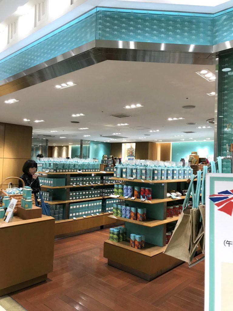 紅茶やジャムを売っているコンセプトショップの左奥にティーサロンがあります。