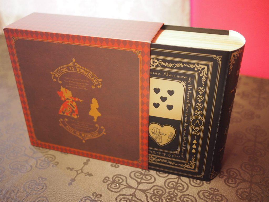内箱は本のようなデザイン。