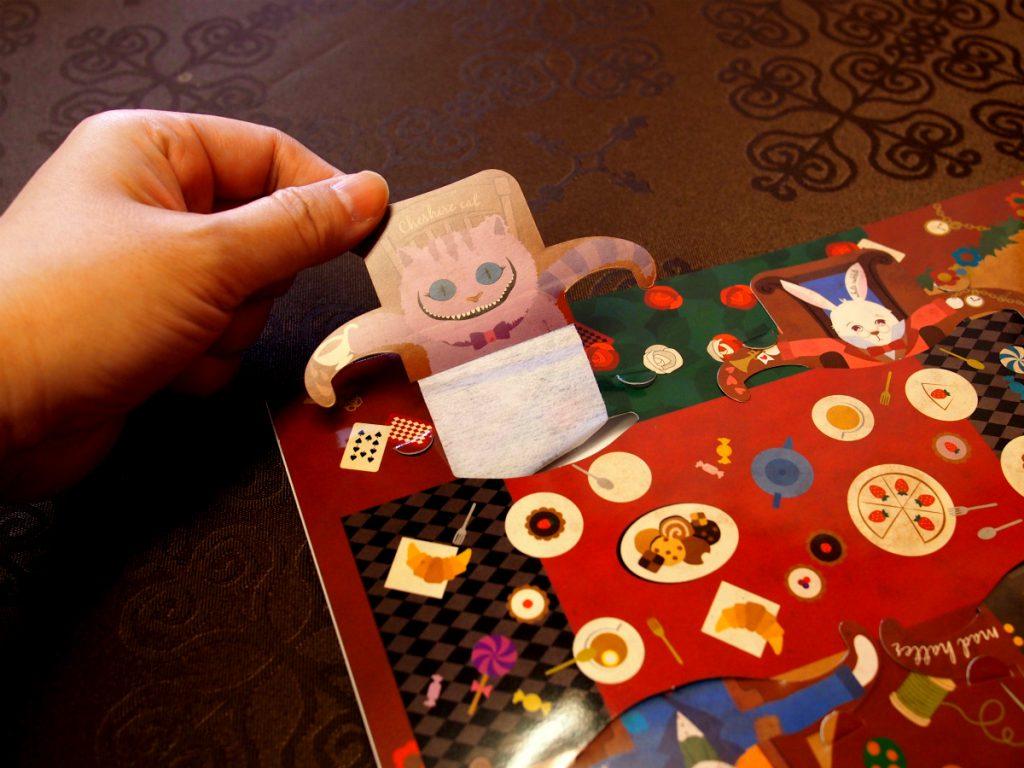 テーブルに座っているキャラクターを引っ張り出すと下にティーバッグの紅茶が付いています。