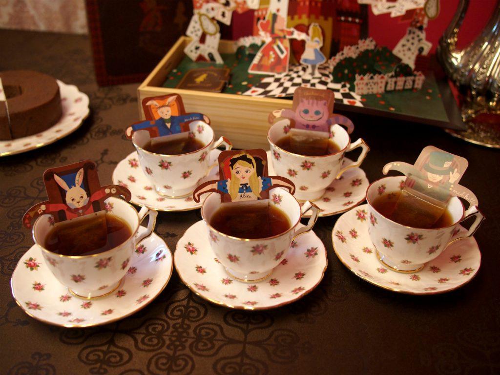 キャラクターはアリス、チェシャ猫、帽子屋、3月ウサギ、白ウサギ。各キャラクターの腕がティーカップにかけられるようになっています。