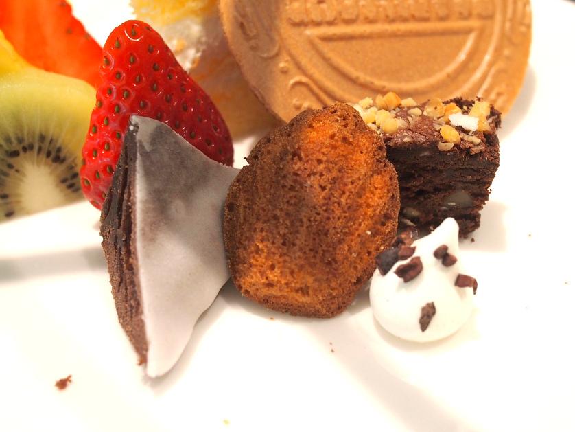 プチガトーはマドレーヌ、メレンゲ、チョコレートブラウニー、ガトーショコラ