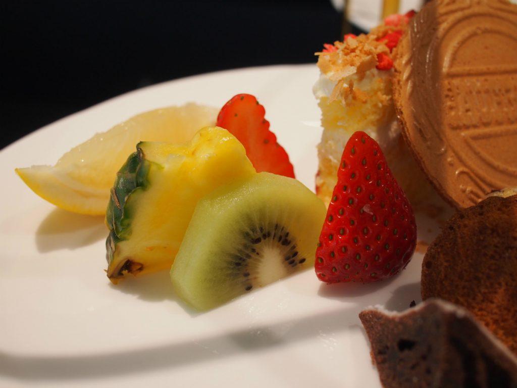 フルーツはイチゴ、グレープフルーツ、パイナップル、キウイ