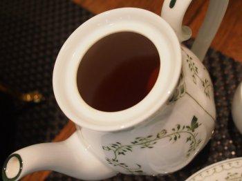 ティーポットの中に茶葉は入っていませんでした。