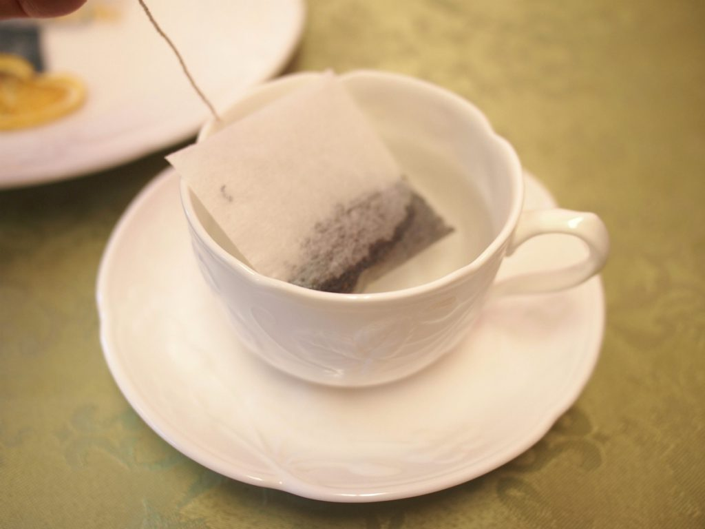 ③その後、ティーバッグをそっとお湯に入れます。