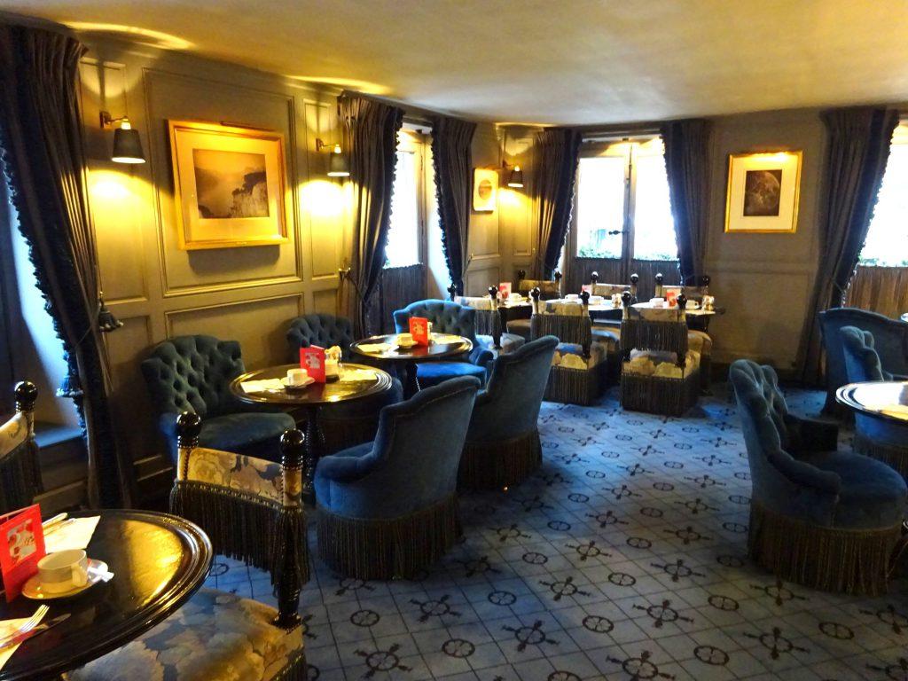 ラデュレ ボナパルト店の2Fはシックな内装。通称「サロン・ブルー」