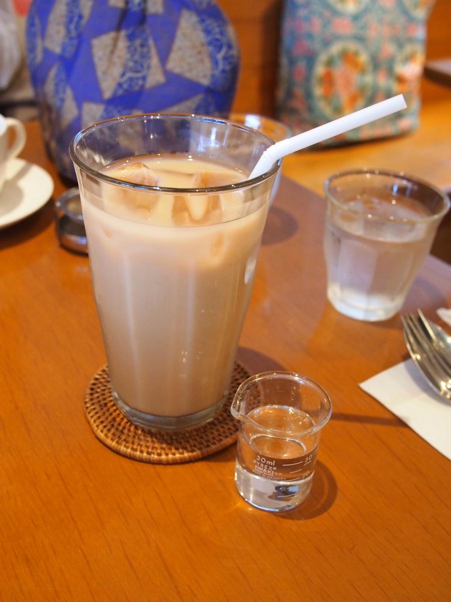 たくさん歩いて喉が渇いたので、またまたアイスティー。今度はアイスミルクティーにしました。