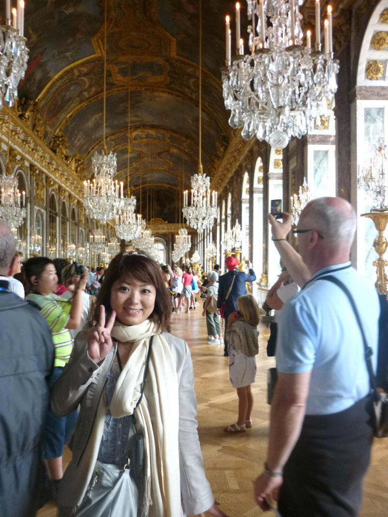 8月にベルサイユ宮殿に行ったときの写真。半そでの人もいますが、私が来ているのは厚手のジャケットです。