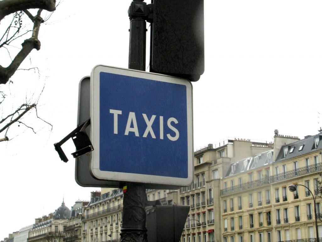 パリのタクシー乗り場の看板