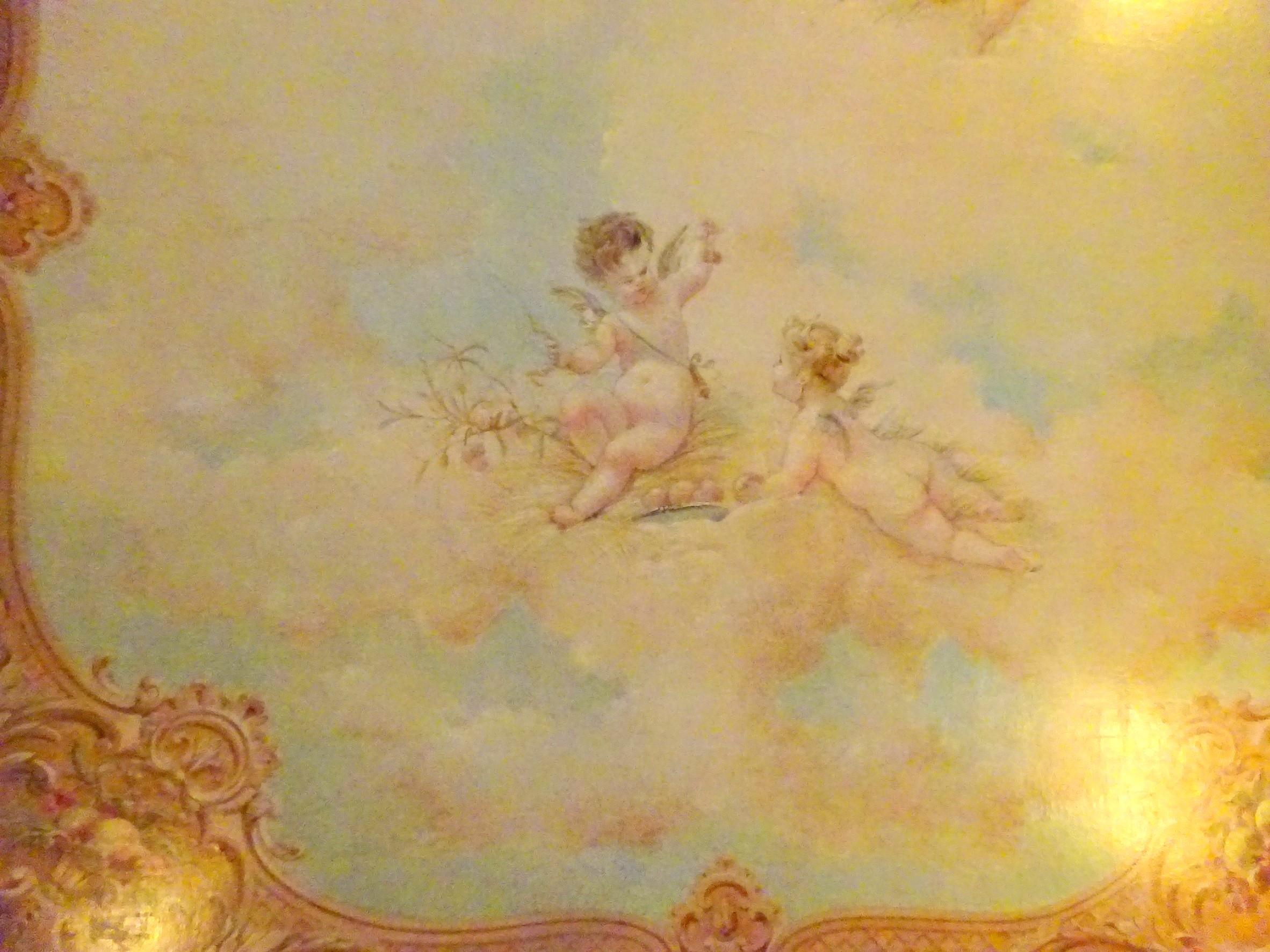 1Fの天井に描かれている「パティシエの天使」