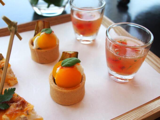 黄色チェリートマトとモッツァレラ ナスのカプレーゼとクリアトマトのスープ ローストパプリカ トマト