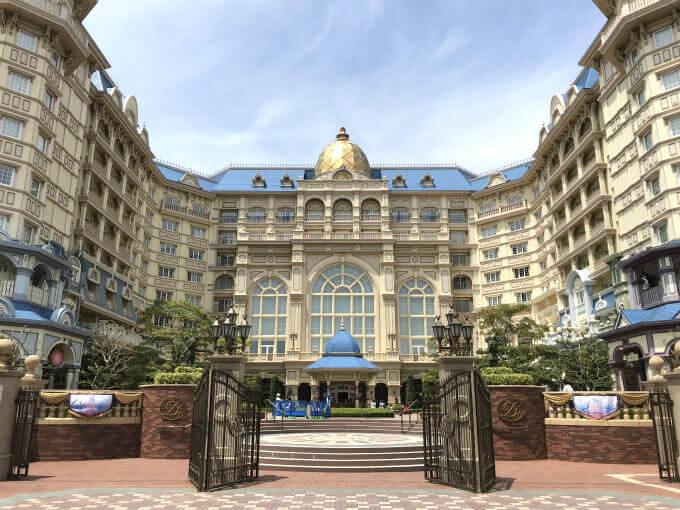 東京ディズニーランドホテルの外観。正面の大きな窓の内側がドリーマーズラウンジです。