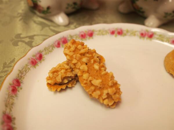 一緒にプレートに乗せたのは、メゾン・ド・プティ・フールの「ドワ」アーモンドがたっぷりかかったクッキーです。