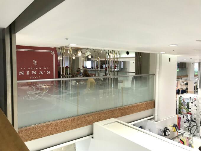 ル・サロン・ド・二ナス新宿店は小田急ハルクの中2階にあります。