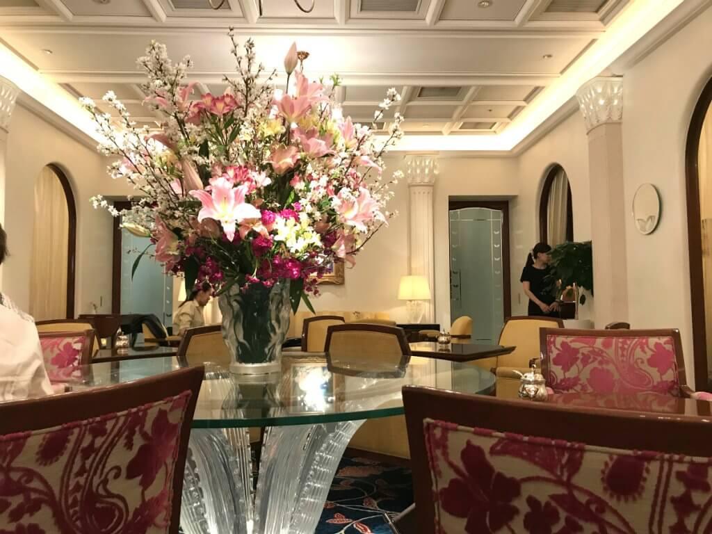 ホテルのラウンジの様な落ち着いた雰囲気のロイヤルクリスタルカフェの内装。