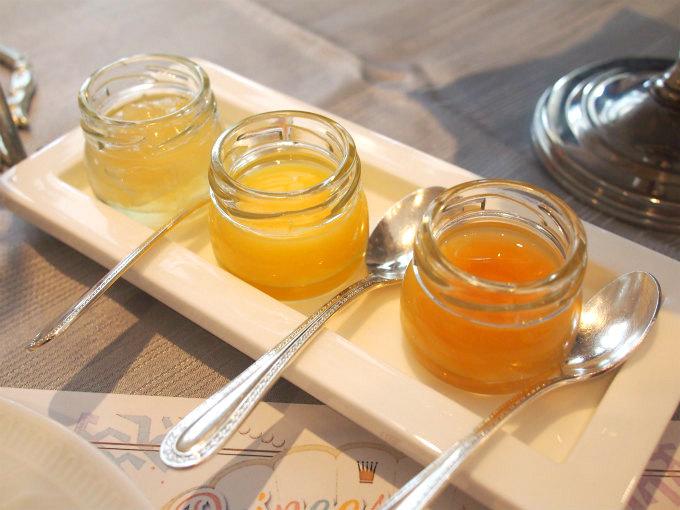 スコーンのスプレッドは桃ジャム 、レモンクリーム、アーモンドはちみつ。