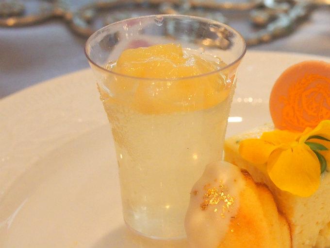 桃のジュレは白ワインで香り付け。アルコールは飛んでいるのでお酒の飲めない私でも大丈夫でした。