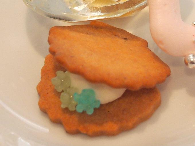 クッキーは上から見ると真珠貝の形。金平糖が宝石みたい♥