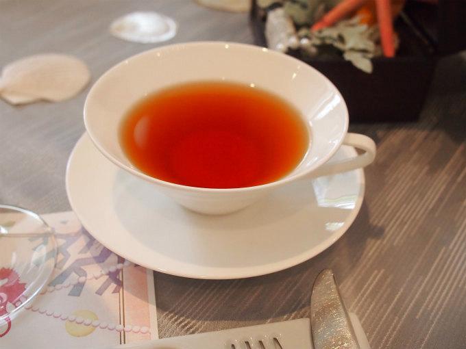 1杯目の紅茶は決まっているらしく、エメラルド(マスカット&スペアミント)が出てきました。