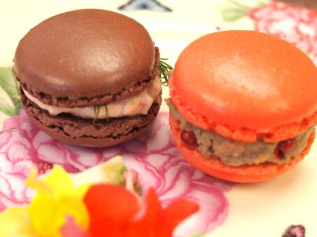 左はサーモンパテ、右はレバーのパテです。茶色いマカロンでも可愛くなるようにとピンクのパテも作ってくれたのです。