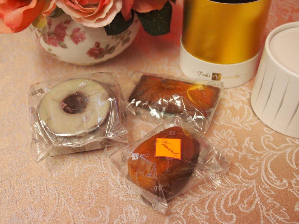 中身はこんな感じ。おすすめの焼き菓子が4つ入っていると説明があったけど、1個大きいのがあったから、私が買ったのには3つなのかな?と思いました。