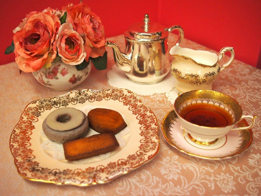 トシヨロイヅカの焼き菓子と紅茶