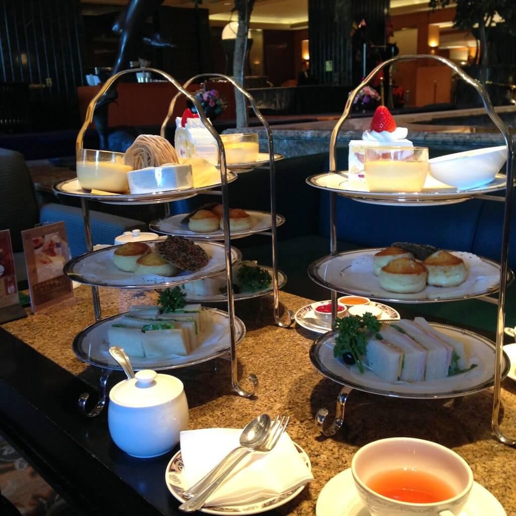 ここのテーブルは通常のホテルよりも15cmほど高くなっています。だから、アフタヌーンティーを食べやすかったです。そんなところにも感動してしまいました。