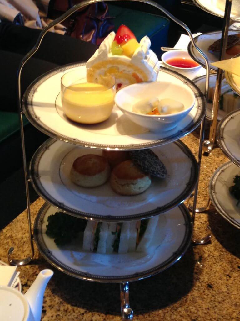 ホテルイースト21「ロビーラウンジ」のアフタヌーンティーのケーキスタンド