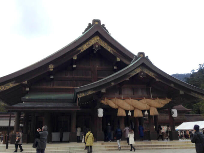 こちらは出雲大社の「拝殿」。ここは「仮御殿」とも呼ばれています。本殿に参拝する前にここをお参りします。