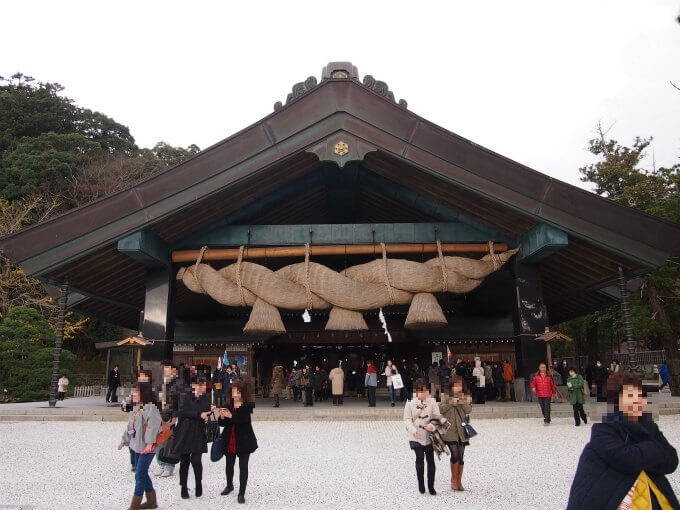 こちらは「神楽殿」こちらのしめ縄のほうが大きいのでよく出雲大社の写真に使われている建物です。拝殿の左の方にあります。