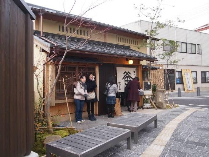 出雲に来たら出雲名物のおそばを食べなくてはと大鳥居の近くのお蕎麦屋さん「田中屋」に入りました。