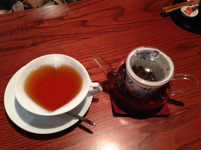 「くつろぎわかふぇ甘右衛門」では出雲紅茶も楽しめます。カップもハート♥美味しい紅茶は西製茶所の和紅茶でした。