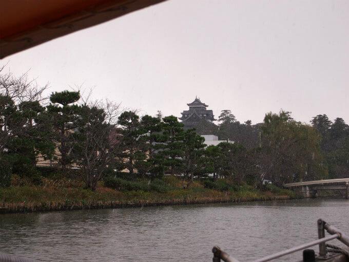 お堀から見る松江城もカッコいい!