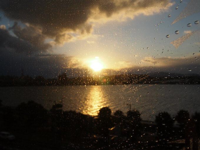 こちらは出雲から松江に向かう電車の中で見た夕陽。雨が降ったりやんだりしていましたが、奇跡的に夕陽が見れました。電車の中なのが残念だけど。。。