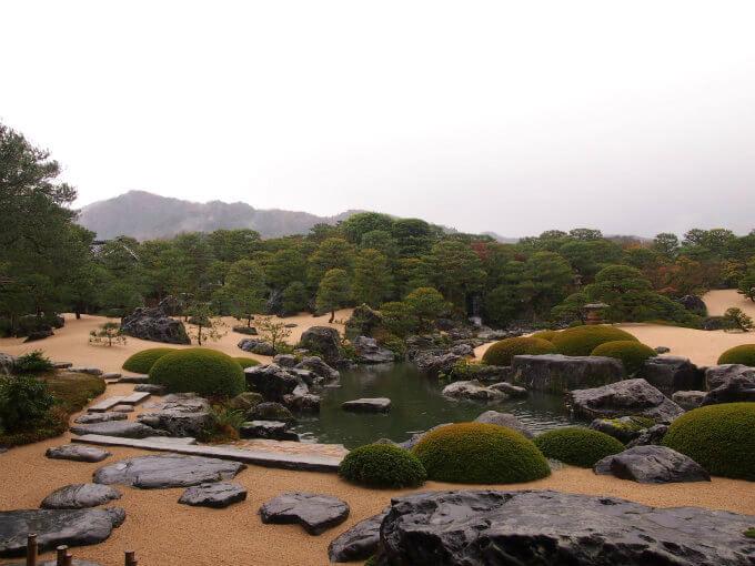 足立美術館の美しい庭園。雨の日と晴れの日では印象も異なるそう。
