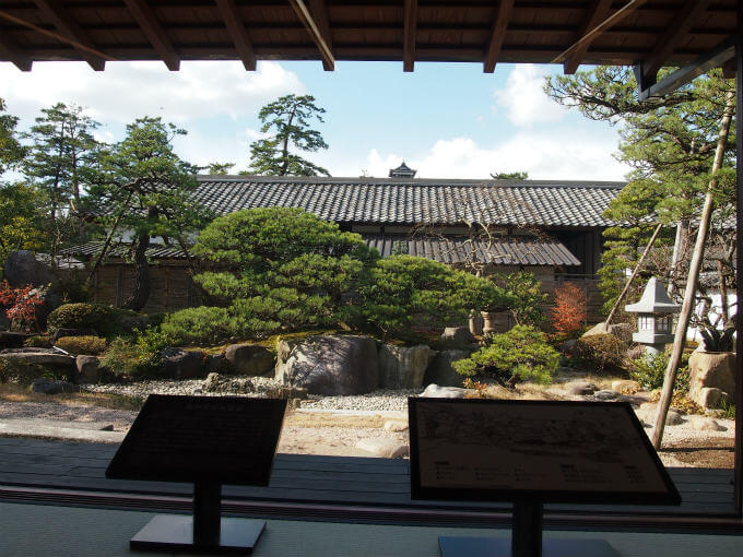 きはるの大広間からみた庭園。松江城の天守もちょっとだけ見えます。