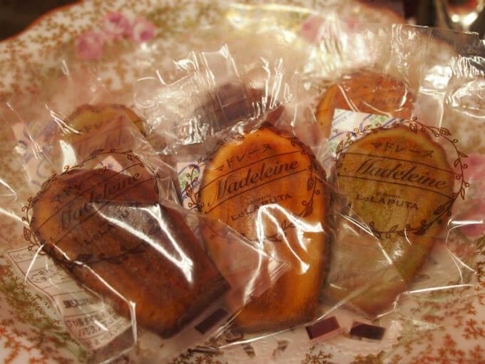 左から黒糖、プレーン、季節限定のピスタチオの芳醇バターのマドレーヌ