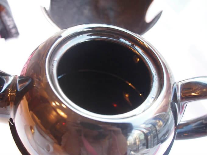 ポットに茶葉は入っていないので、渋くなることはなく、また保温性の高いポットなので、ゆっくり飲んでも温かい紅茶を楽しめます。