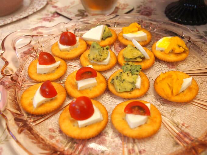 前菜として用意したのはリッツを使ったフィンガーフード。 トッピングはカボチャサラダ、アボカドディップ、プチトマトです。
