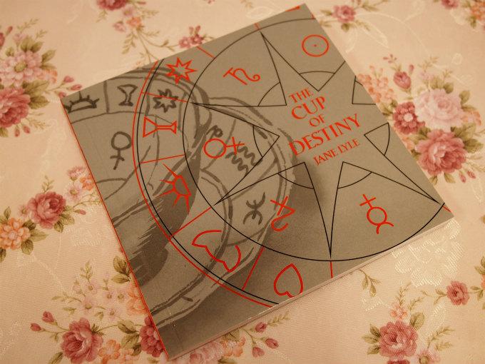 紅茶占いのシンボルが何を意味するかは、紅茶占い用のカップに付いていたこちらの本に書いてありました。