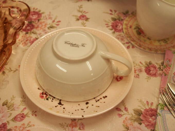 ソーサーにカップを伏せます。そして茶葉の形をみるのです。