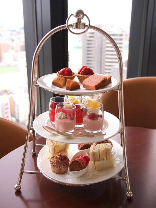 浦和ロイヤルパインズホテル「トップラウンジ」のいちごのアフタヌーンティー2人分のケーキスタンドです。